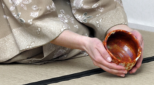 Haikening (examining) the chawan